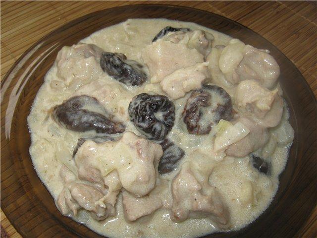 Свинина с черносливом и сметаной