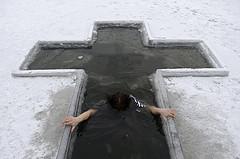 Крещенская вода: когда набирать воду и окунаться в проруби в 2018 году.